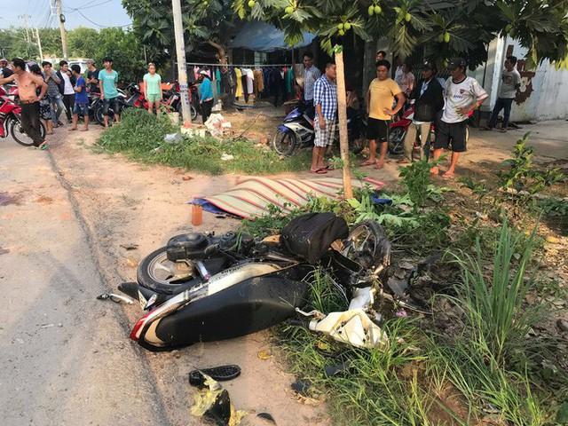 Một xe máy bị hất văng vào lè đường.