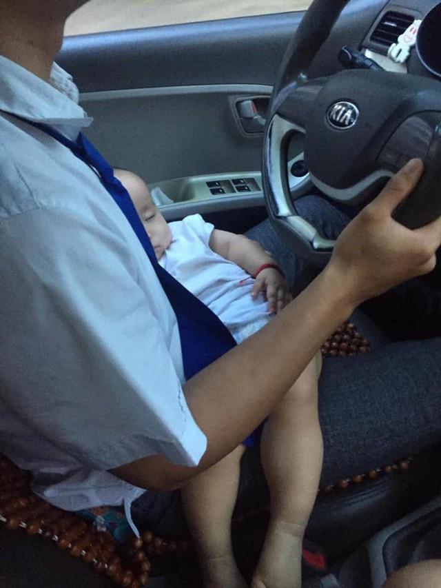 Hình ảnh nam tài xế vừa lái xe, vừa bế con khiến nhiều người xót xa - Ảnh: Facebook