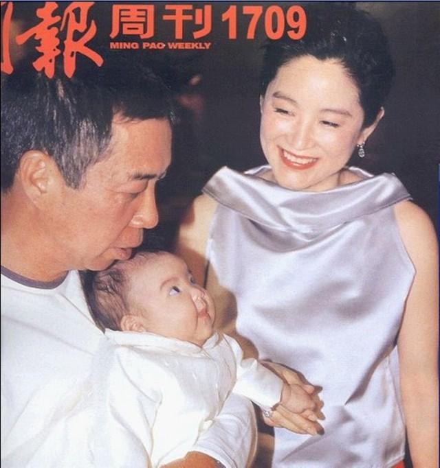 Từ bỏ mối tình dai dẳng với Tần Hán, mỹ nhân sinh năm 1954 tìm thấy bến đỗ hạnh phúc bên chồng đại gia. ẢNH: CHỤP MÀN HÌNH MING PAO WEEKLY