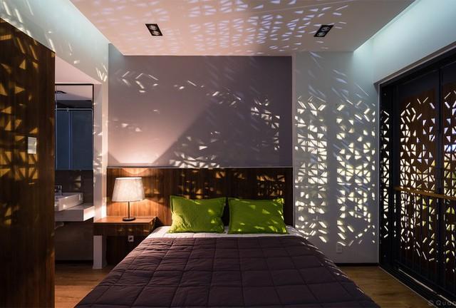 Cả hai hệ cửa giúp ngôi nhà khai thác tối đa hiệu quả của yếu tố tự nhiên, để ánh sáng vào gió trời đi vào trong nhà luôn ở trạng thái hài hòa, cân bằng nhất.