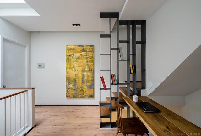 Khoảng đệm giữa các phòng cũng có thể sử dụng làm những không gian sinh hoạt chung của gia đình. Như góc học tập của trẻ và làm việc của cha mẹ được bố trí ở hành lang tiếp giáp với khoảng thông tầng, nằm giữa phòng của trẻ với phòng của cha mẹ.