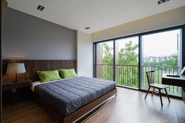 Khi các cánh cửa mở toang, cảm giác phòng ngủ chính như được hòa cùng thiên nhiên bên ngoài.