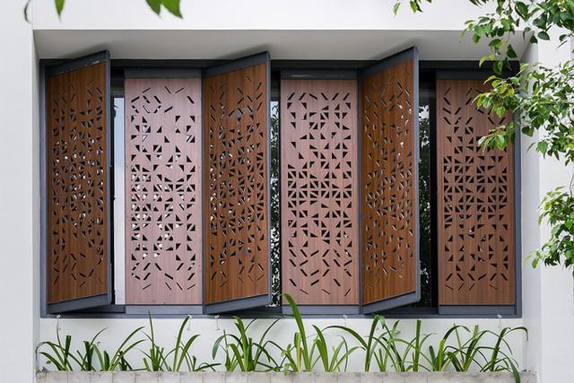 Hệ cửa hai lớp, gồm lớp bên ngoài là nhựa cứng compact có hoa văn   vừa ngăn bớt ánh nắng trực tiếp, vừa tăng tính thẩm mỹ cho công trình; lớp bên trong là hệ cửa lùa bằng kính.