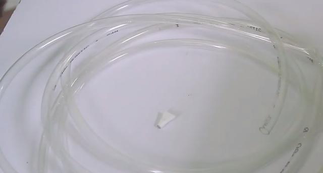 Dùng ống nhựa nhỏ mềm mại.