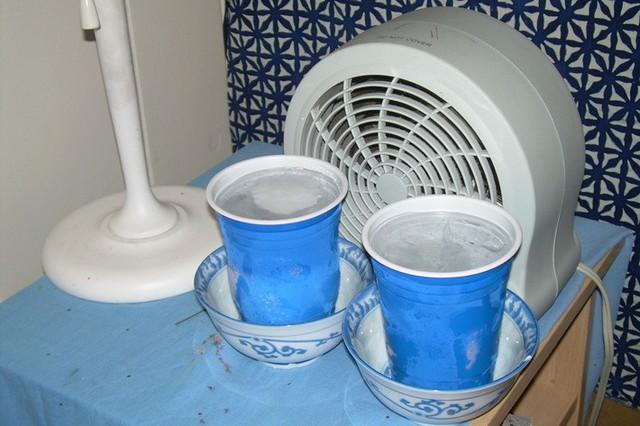 Một, hai cốc nước lọc có đá đặt phía trước quạt cũng có thể giúp không gian sống thêm mát lành, dễ chịu trong những ngày nắng nóng.