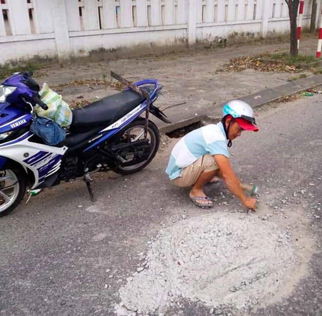 Đã chaỵ qua, nhưng anh Hùng không thể đi tiếp và ngay sau đó quay lại đục phá dọn dẹp khối bê tông