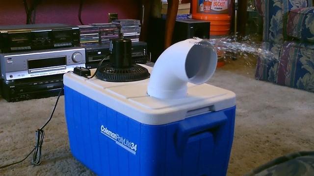 Bạn có thể dùng hộp giữ lạnh để đá không bị tan nhanh.