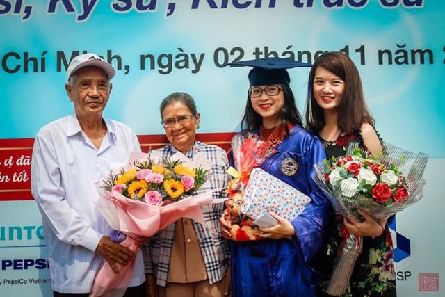 Tháng 11/2018, Như Hảo làm lễ tốt nghiệp đại học, dù đã cao tuổi nhưng ông bà vẫn lên chúc mừng cháu. Ảnh: NVCC