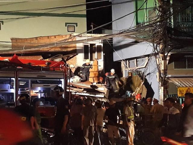 Lực lượng chức năng đang giải cứu tài xế trong ca bin xe.