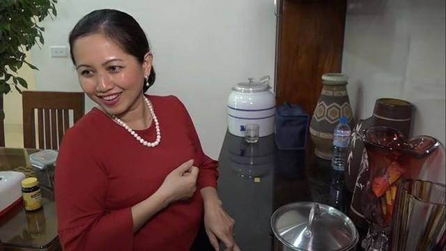 Nghệ sĩ Trung Anh thường xuyên vắng nhà nên chị Minh Hiếu đảm nhiệm việc tề gia nội trợ, chăm lo con cái đồng thời chị cho biết luôn giữ thói quen xem tất cả phim chồng đóng.