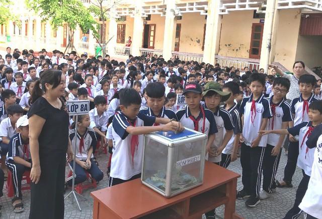 Tập thể học sinh các khối lớp trường THCS Nghĩa An quyên góp ủng hộ em Quang. (Ảnh: Nhà trường cung cấp)