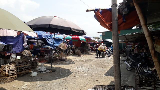Khu chợ nơi bà Hiền ngồi bán gà, nhiều người thấy Hùng xuất hiện ngồi cạnh nói chuyện với con gái bà Hiền.