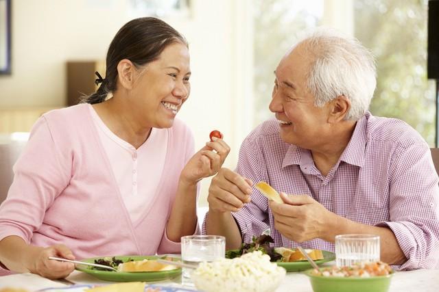 Người cao tuổi cần kiểm soát tốt các yếu tố nguy cơ mắc bệnh cũng như duy trì thói quen sinh hoạt điều độ để đảm bảo sức khỏe. Ảnh minh họa