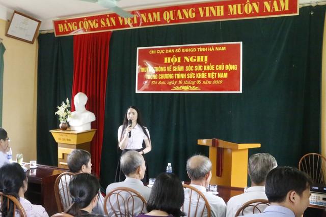 Bà Tạ Thị Hoa, Chi cục trưởng Chi cục DS-KHHGĐ Hà Nam truyền thông về chăm sóc sức khỏe chủ động cho người dân trên địa bàn