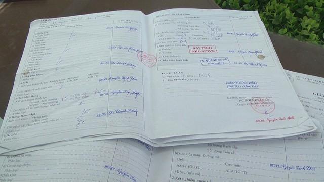 Tang vật thu được là hàng trăm tờ giấy khám sức khoẻ có đóng dấu của Bệnh viện Bạch Mai. ảnh: CATX Mỹ Hào cung cấp