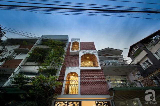Ngôi nhà đặc biệt từ hình khối, cách trang trí mặt tiền cũng như tạo những mảng sáng ấm áp.
