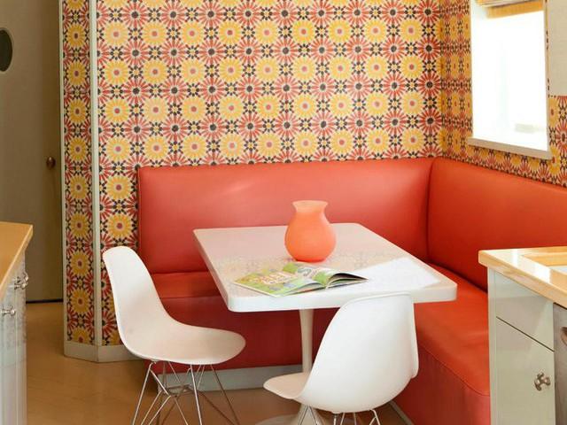 Giấy dán tường phong cách retro phối hợp với băng ghế dài sát tường là lựa chọn hiện đại trong nhà bếp nhỏ.