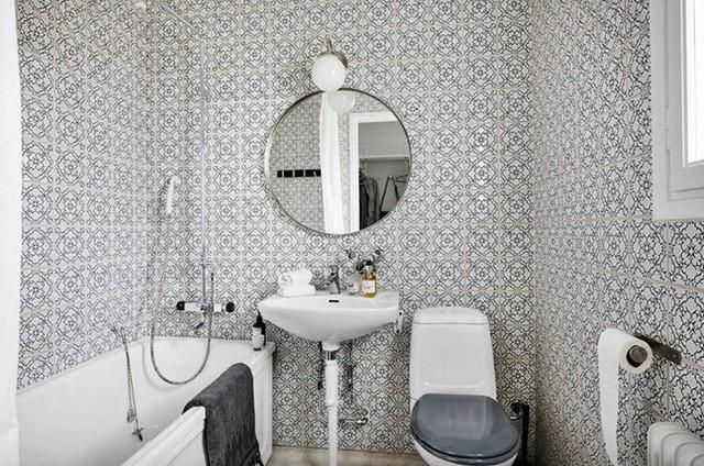 Một thiết kế gạch Scandinavia trong một mô hình phòng tắm có các mặt tường được lặp đi lặp lại tạo cảm giác rộng lớn hơn.