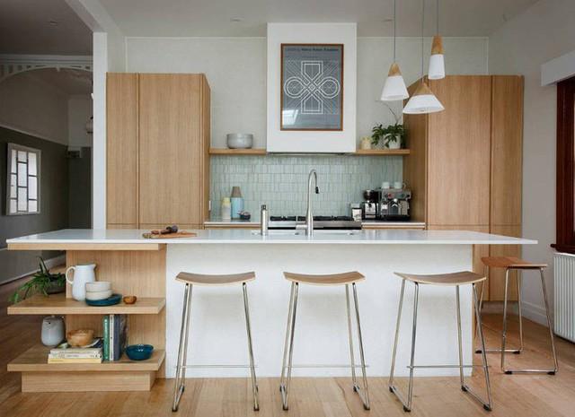 Tủ bếp gỗ sồi sáng và đẹp hòa cùng với gạch men trắng giúp ăn gian thị giác tối đa cho không gian nhà bếp nhỏ.