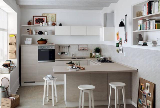 Cách hiệu quả nhất để biến một nhà bếp nhỏ thành một không gian mở, thoáng mát là nâng trần nhà, loại bỏ các bức tường và tủ không cần thiết.