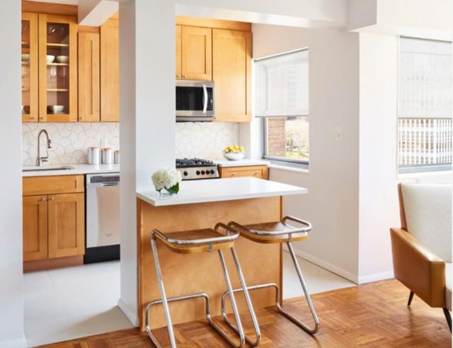 Mở một nhà bếp bằng cách loại bỏ bức tường và thêm một khu vực quầy bar nhỏ.