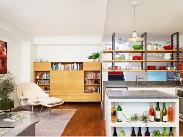Một kệ nổi phân chia khu vực nhà bếp nhỏ và cung cấp khu vực lưu trữ các đồ dùng cần thiết.
