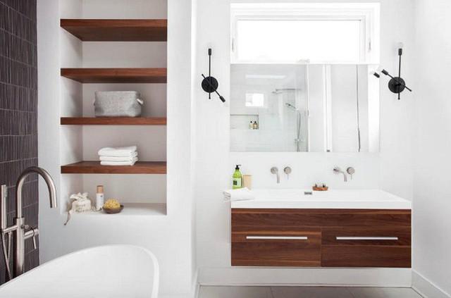 Một góc tường tích hợp với kệ mở và hốc chứa các vật dụng tắm cần thiết.
