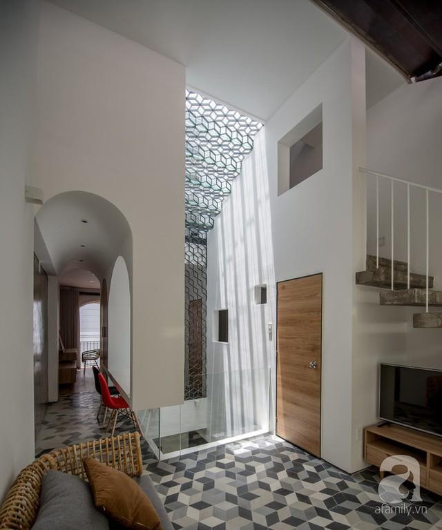 Điểm nhấn của căn phòng từ những đường nét hình học, ánh sáng và khoảng thông gió mát mẻ.