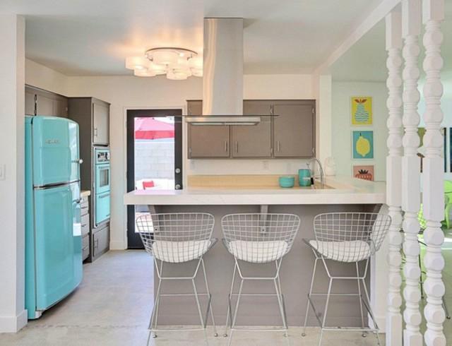 Lấy cảm hứng từ Bertoia và các thiết bị retro trong màu ngọc lam tạo rung cảm sang trọng cho nhà bếp có gam màu xám tối giản.