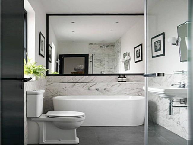 Khi tạo một bức tường bằng gương trong phòng tắm, nên chọn loại đã được xử lý chống ẩm để tránh các đốm đen phát triển.
