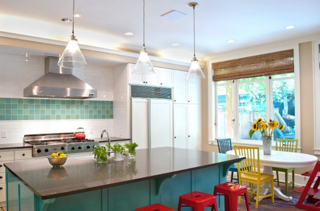 Màu đỏ, xanh, vàng từ ghế ngồi là sự bổ sung tuyệt vời trong nhà bếp có tông màu ngọc lam và trắng này.