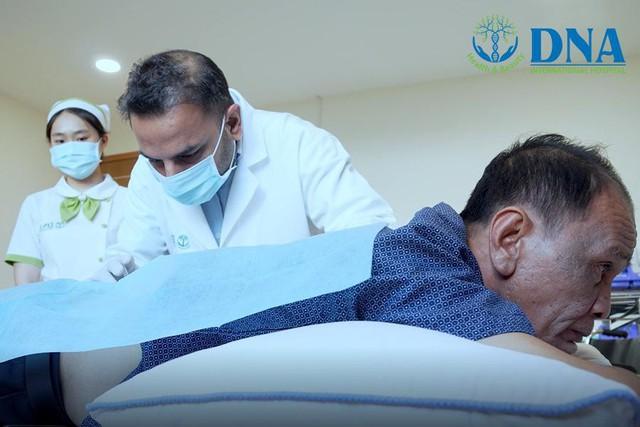 Bác sĩ Quốc tế điều trị cho bệnh nhân thoái hóa cột sốt bằng tế bào gốc tại bệnh viện Quốc tế DNA