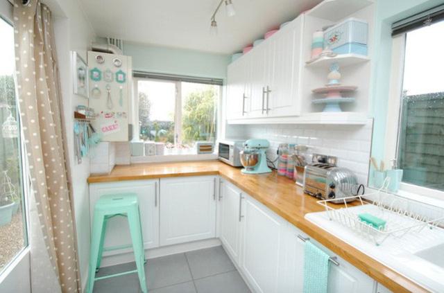 Thiết bị nhà bếp với màu sắc và hình dạng cổ điển tạo điểm nhấn retro cho toàn bộ không gian.
