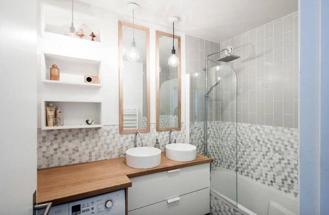 Căn hộ ở Paris này chuyển đổi một phòng tắm nhỏ thành một không gian đa năng bao gồm máy giặt.