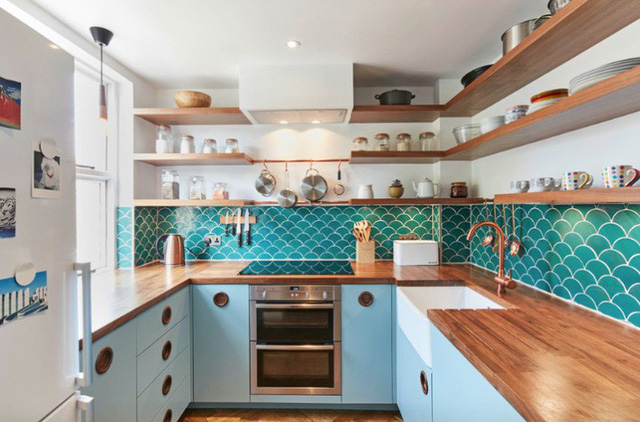 Thêm màu sắc nổi bật cho thiết kế nhà bếp nhỏ của bạn thông qua gạch lát nền hình học đậm nét.