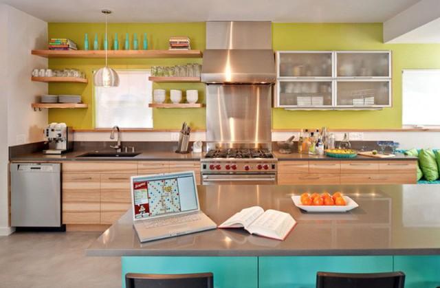 Một sự kết hợp hai tông màu xanh lục nhạt và xanh ngọc lam kết hợp với cả tông màu gỗ và các thiết bị bằng thép không gỉ.
