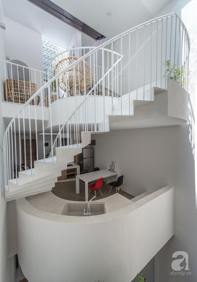 Cầu thang xoáy ốc tạo điểm nhấn đặc biệt cho công trình.