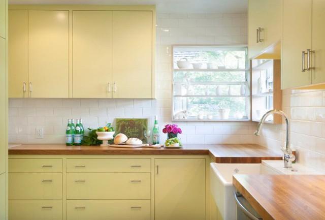 Tủ màu vàng bơ nhẹ trông hiện đại và giúp mở rộng không gian trong nhà bếp của bạn.