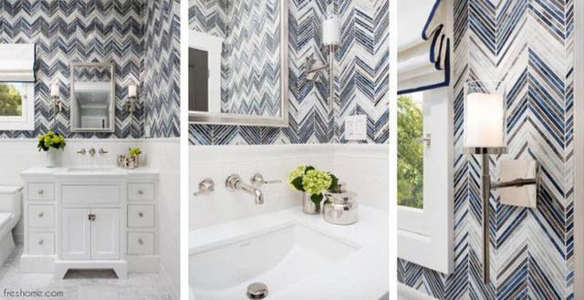 Các điểm nhấn mạ crôm và sự kết hợp của gạch màu trắng hiện đại, gạch chevron thủy tinh cùng với đá cẩm thạch đắt tiền tạo ra một phòng tắm nhỏ trực quan thú vị.