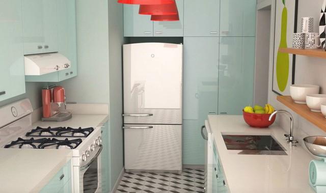 Tủ lạnh có độ bóng cao trong màu xanh nước biển nhạt giúp phản chiếu ánh sáng và mở rộng không gian của nhà bếp nhỏ này.