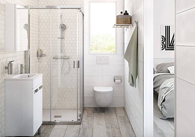 Một phòng tắm nhỏ tối giản nhưng có cảm giác rộng nhờ sàn gỗ sồi và cửa kính trong suốt.
