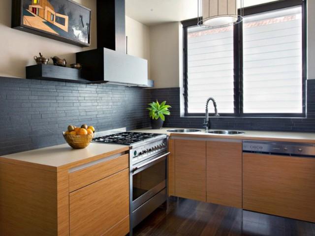 Nhà bếp nhỏ hiện đại trở nên tinh xảo nhờ lớp sơn đen mờ và tủ làm từ tre.