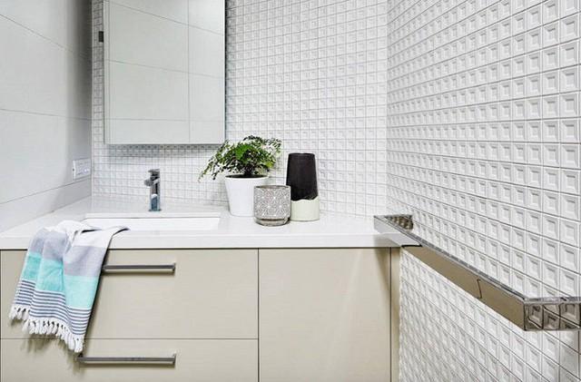 Gạch trắng ba chiều tăng thêm chiều sâu cho một không gian phòng tắm nhỏ.