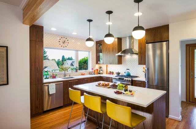 Tủ gỗ óc chó mang lại cho nhà bếp một phong cách cao cấp.