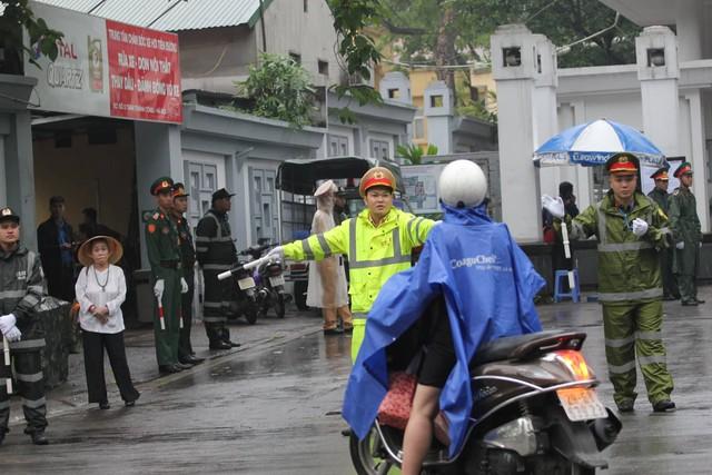 Lực lượng an ninh phân luồng đảm bảo giao thông tại đường Lê Thánh Tông vào khu vực nhà tang lễ.