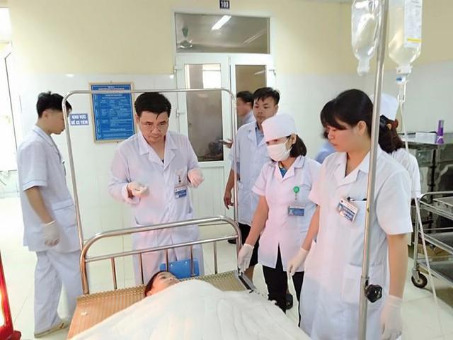 Các bác sỹ Bệnh viện đa khoa huyện Lang Chánh đang tích cực cấp cứu 4 học sinh bị đâm