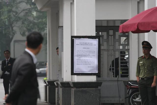 Phía ngoài Nhà tang lễ Quốc gia số 5 Lê Thánh Tông, Hà Nội (ảnh: Lê Bảo)