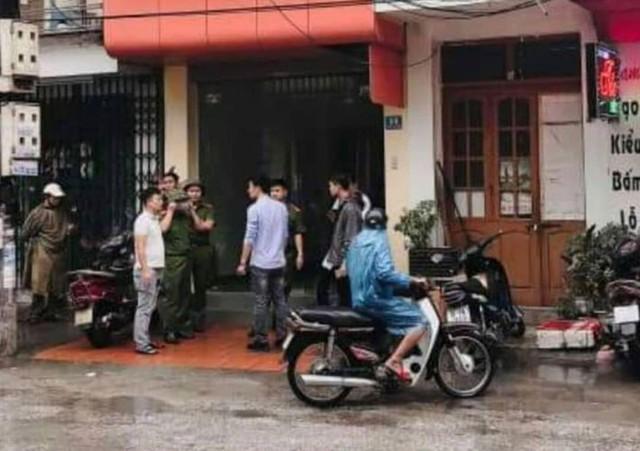 Lực lượng chức năng có mặt tại nhà riêng nạn nhân, nơi phát hiện ông Th. tử vong. Ảnh: CTV