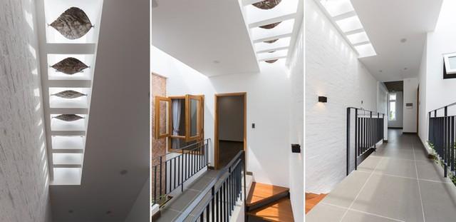 Nếu hệ lam giúp đưa bóng nắng vào không gian phía trước nhà thì giếng trời mang ánh sáng vào giữa nhà. Nhà có hai giếng trời, một ở khu thông tầng, một ở khu cầu thang. Mái hai giếng trời là những chiếc lá sắt và ô kính đón nắng tạo nên trò chơi ánh sáng đẹp mắt.