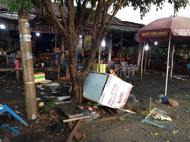 Hình ảnh trên mạng xã hội về quán ăn tại Bến Lức, Long An bị đập phá sau khi bị tố đánh cháy máu đầu khách.